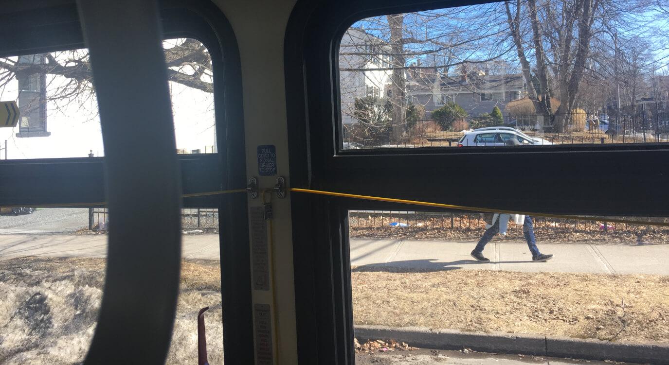全てのバスにこの黄色い線がぶらさがっています。こちらが降車サインです。