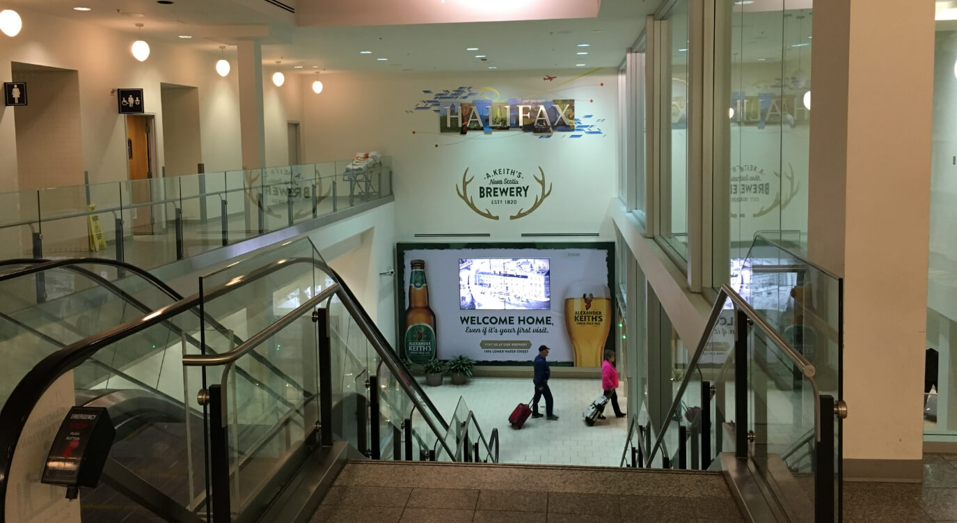 ハリファックス空港からスーツケース受け取り口へ行くための階段。ここを降りればハリファックスです!