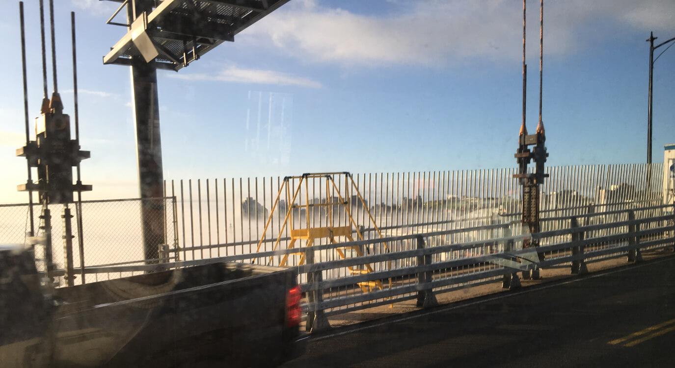 ハリファックスに行くために渡るマクドナルドブリッジからの眺め。朝靄が街にかかってとても幻想的です。