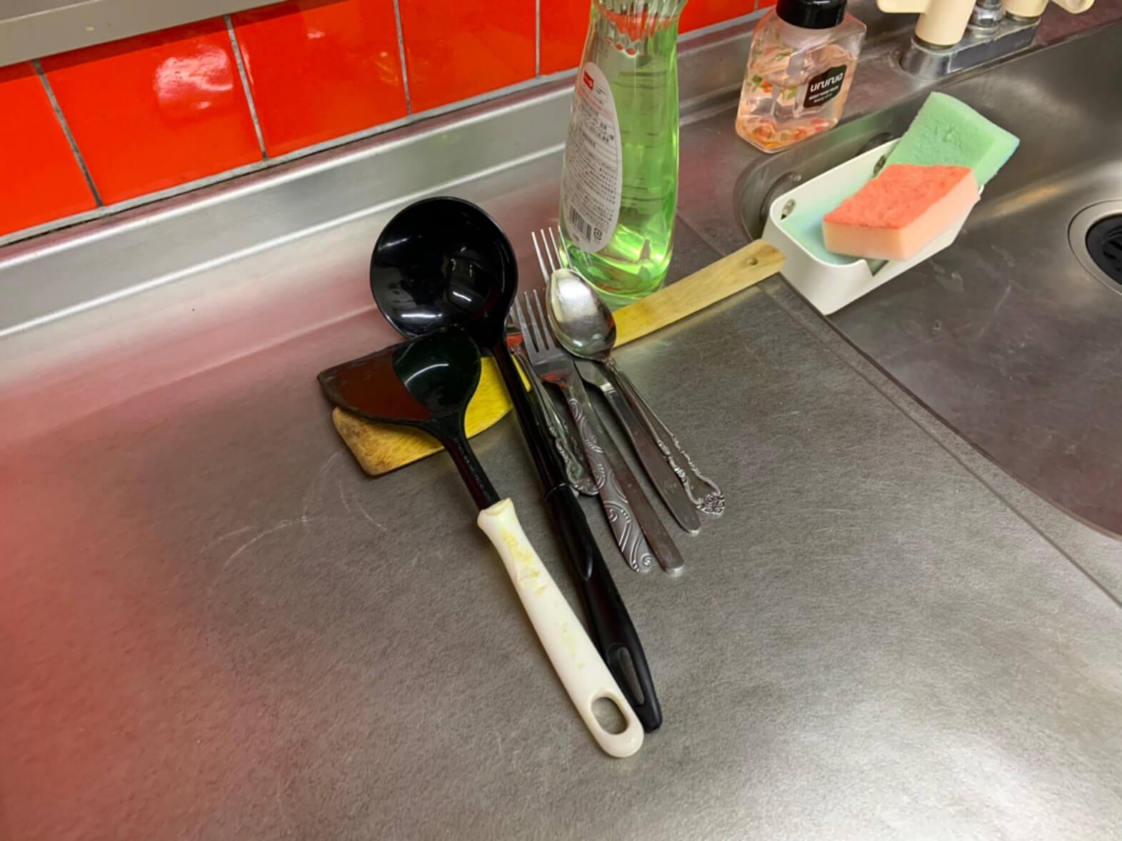 業者を名乗る男がおもむろに食器を洗い始める。洗った食器をおく場所はない見たい。