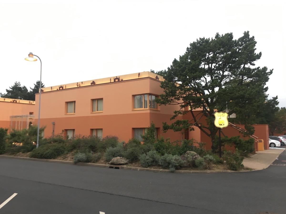 朝撮影したホテルの外観。