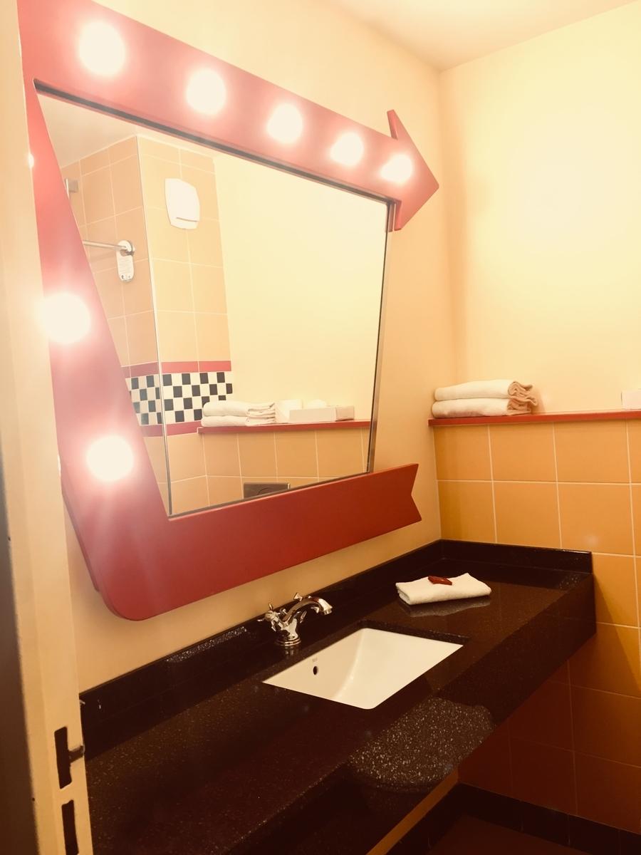 洗面所。鏡のまわりの装飾がかわいい。