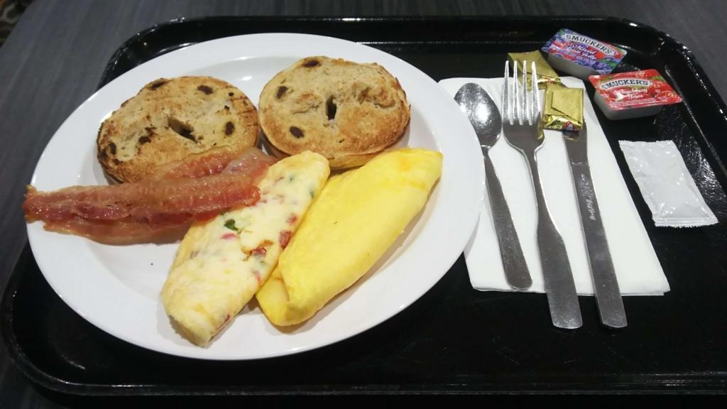 f:id:thecongress:20180618202034j:plain ホリデイインエクスプレスワイキキの朝食バイキング内容 オムレツ パン