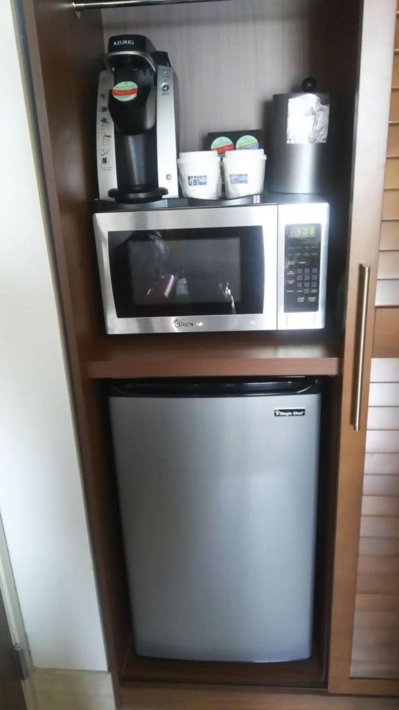 f:id:thecongress:20180618202303j:plain ホテル室内の冷蔵庫 電子レンジ コーヒーメーカー