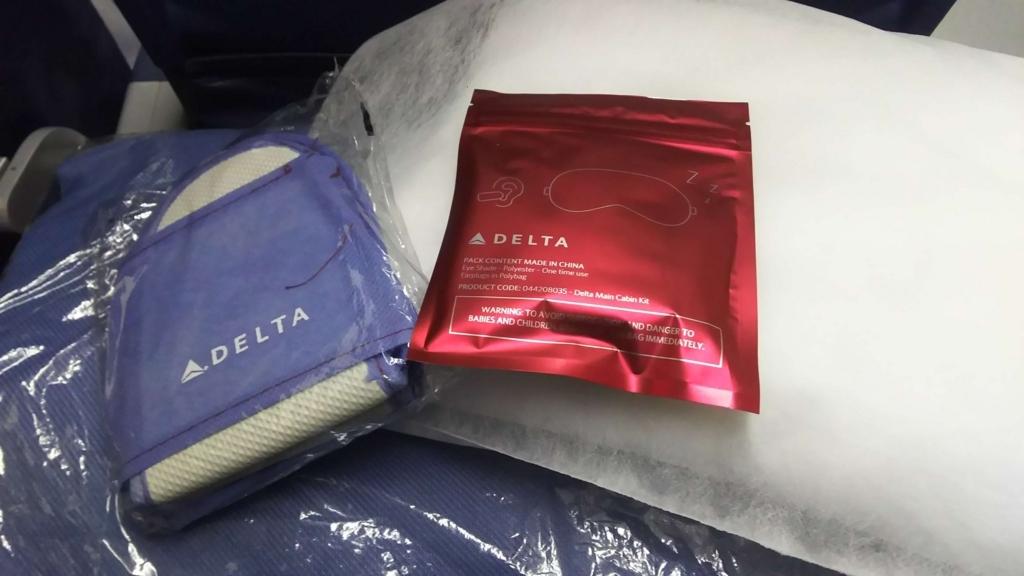 f:id:thecongress:20180625224011j:plain デルタ航空で提供されるスリッパ アイマスク 耳栓 ブランケット 枕