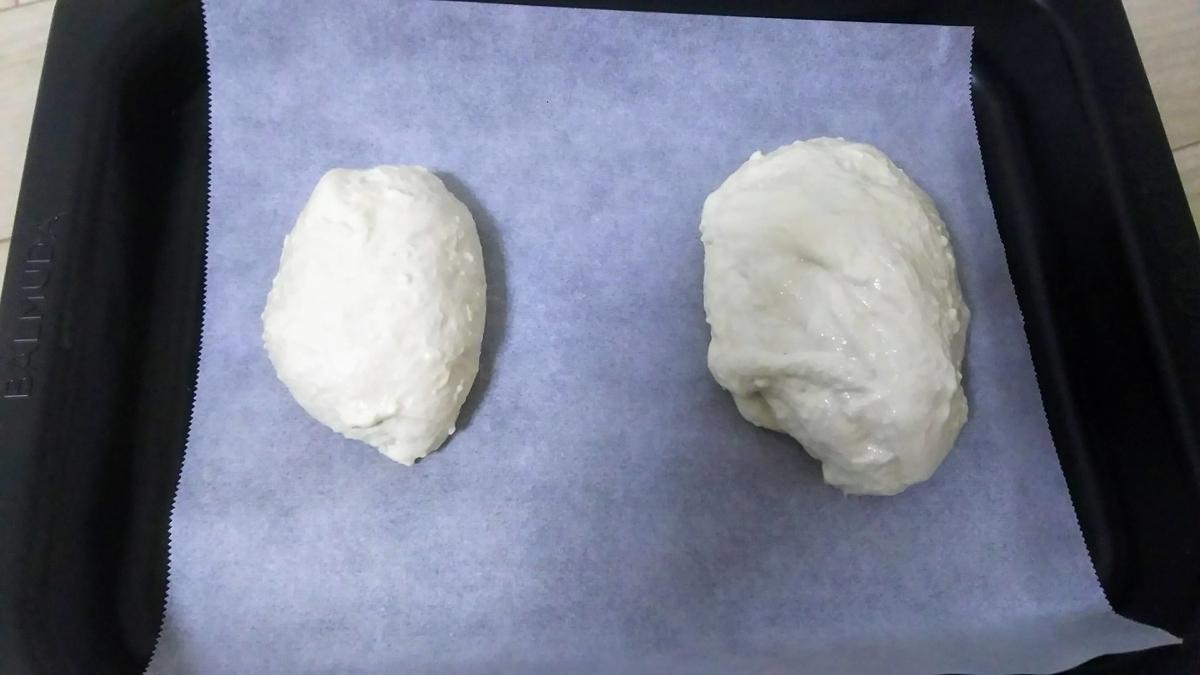 パン生地を二等分して成形