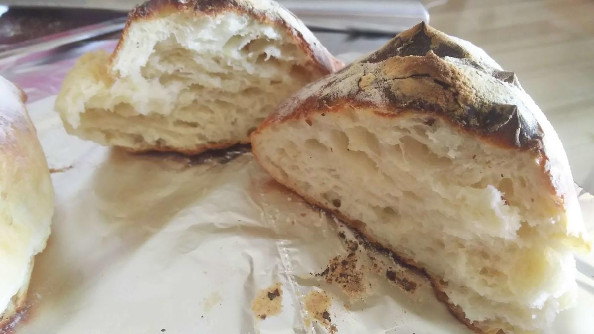 焼きたてのパンを二等分にした断面図