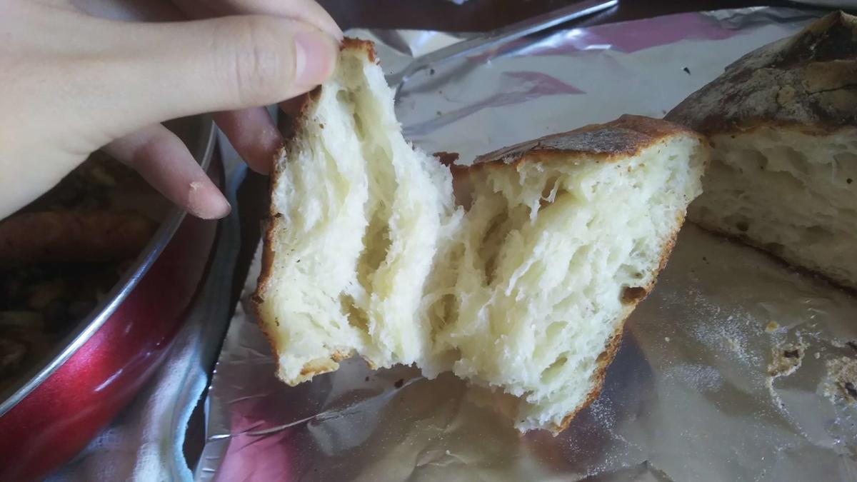 焼きたてパンをちぎったところ