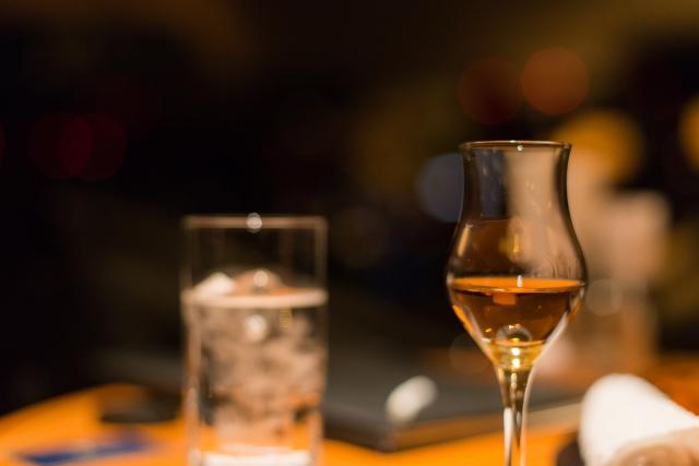 洋酒を飲むときに用いられるチェイサーとの違いは?|theDANN media