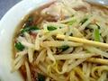 [渋谷][ラーメン][孤独のグルメ]ラーメンスープの上にどっさり乗せる強火で炒めた野菜炒め