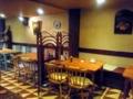 4人掛けテーブル席が中心のレトロな店内