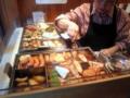 [麻布十番][おでん]店頭で美味しそうに煮込まれている数々のおでん種
