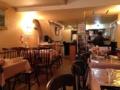 [麻布十番][洋食][カフェ・喫茶店]若干低めの天井、バランスよく配置されたテーブル&ソファ席