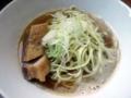 [王子][王子神谷][ラーメン]並盛りの肉そば700円でも麺がスープから飛び出してます