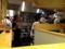 白木のコの字型カウンター奥の厨房で、和帽子と白衣に身を包む従業員
