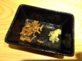 [銀座][ラーメン]薬味のフライドオニオンとすり下ろし生姜はお好みで