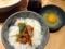 ごはんの上に鶏と玉ねぎ煮がのった卵かけごはん250円