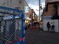 [下北沢][たこ焼き]歩行者の邪魔にならないよう、お店左側のプチ広場で立ち食いします