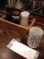 [新宿][和食][定食・食堂]各種調味料と長寿の心得が記された湯呑み