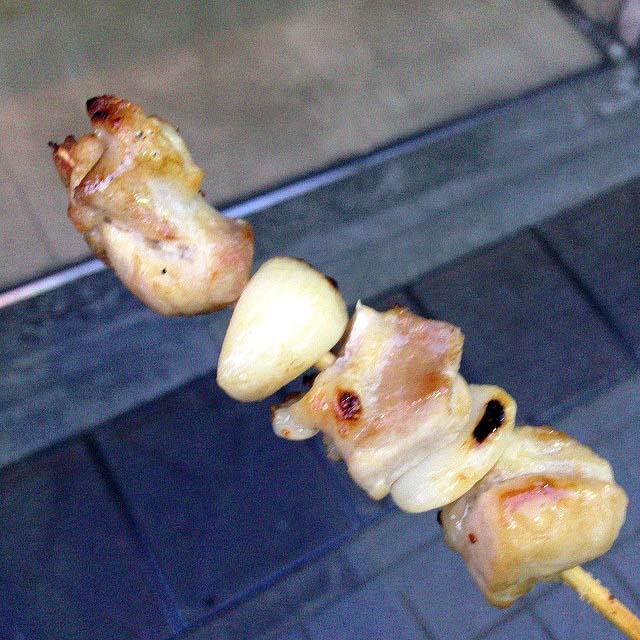 谷中銀座商店街で行列の絶えない激安惣菜専門店「いちふじ」の肉にんにく串
