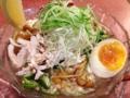 [湯島][ラーメン]蒸し鶏、オクラ、なめこ、味玉、白髪ネギ、大葉、キュウリにレモン
