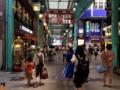 [吉祥寺][コロッケ][メンチカツ][ドラマ][孤独のグルメ]終始多くの通行人で賑わいを見せる吉祥寺駅駅前のアーケード