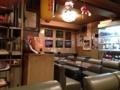 [吉祥寺][洋食][パスタ][カフェ・喫茶店][居酒屋][ドラマ][孤独のグルメ]奥の方まで広がる全席ソファとピンクの電話