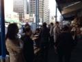 [築地][築地市場][ラーメン]食べる人と連れがラーメンを持ってくるのを待つ人