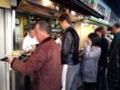 [築地][築地市場][ラーメン]丼に並々と注がれているスープもトレイがあれば安心して運べます