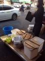 [築地][築地市場][ラーメン]洗い場がないため、立ち食いエリアの付近でご覧のように対応