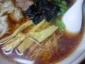 [四谷三丁目][ラーメン]豚骨のみで仕上げたとされる潔いスープは、タレの酸味で特徴的な味