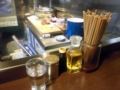 [西荻窪][ラーメン]卓上調味料は定番の胡椒、ラー油、酢。アンティーク調の容器がステキ