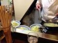 [西荻窪][ラーメン]その上からアツアツの野菜炒めスープを均等に盛りつけます