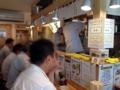 [曙橋][ラーメン][油そば]白木のコの字型カウンター席と製麺室