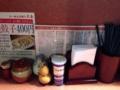 [湯島][ラーメン][餃子][居酒屋]それぞれの入れ物もどこか居酒屋っぽいカスターセット
