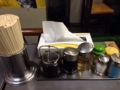 [桜木町][日ノ出町][ラーメン][餃子]定番の調味料類。ボックスティッシュが嬉しい