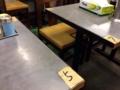 [桜木町][日ノ出町][ラーメン][餃子]卓番を意味するテーブル席の隅に貼られた番号