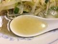 [桜木町][日ノ出町][ラーメン][餃子]表面はラード膜でカバーされてますが、下からすくうと透明と分ります