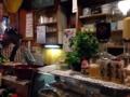 [根津][居酒屋][ドラマ][孤独のグルメ]常連さん多数、L字型カウンター11席の店内