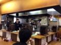 [新橋][丼もの]L字型カウンター12席、いわゆる丼専門店な雰囲気の店内