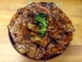 [新橋][丼もの]20枚以上の焼きたて甘辛豚肉!「豚大学」名物・総重量1kgの特大豚丼