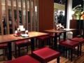 [東京][大手町][京橋][ラーメン]4名がけテーブル席3卓、仕切りを挟む対面式カウンター12席