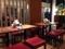 4名がけテーブル席3卓、仕切りを挟む対面式カウンター12席