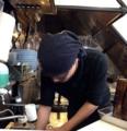 [四谷三丁目][ラーメン][つけ麺]座る席によっては目の前で調理過程を拝むことが可能です