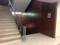 1つ目の角を左折すると階段があるので下に降りると