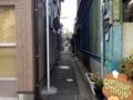 [根津][パン][菓子]車は当然ムリ、自転車でもちょっと窮屈な走行を強いられそうな細い道