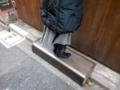 [根津][パン][菓子]少々高めのカウンターだからこんな風に踏み台に乗って注文