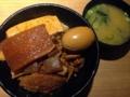 [新橋][丼もの]ホロホロ国産牛肉の煮込みどんぶり!新橋「岡むら屋」のデラ肉めし