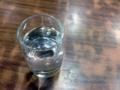 [豪徳寺][山下][ラーメン][餃子]ついついコップと呼びたくなるグラス、テーブルとの相性もバッチリ