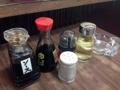 [豪徳寺][山下][ラーメン][餃子]ソース、醤油、ラー油、お酢に胡椒、クラシカルな調味料類